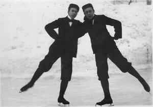 Спортсмены в иностранных конькобежных костюмах.