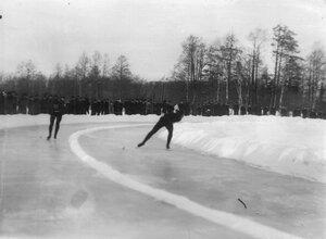 Конькобежцы на дистанции на соревнованиях на Крестовском острове.