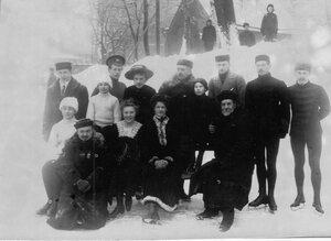 Группа конькобежцев с тренером (сидит 1-й слева Н.А.Панин-Коломенкин, 1-й справа В.И.Срезневский, стоит 2-й справа Н.В.Струнников)