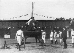 Гимнастические упражнения членов общества Пальма на Коне