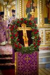 13 августа флористы украсили крест к празднику