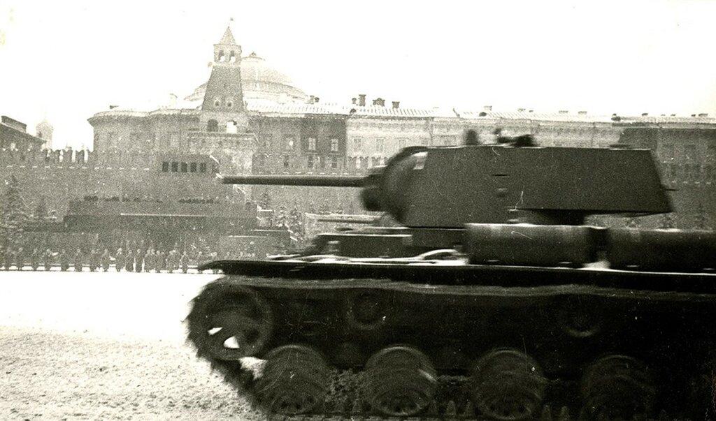 381925 Парад 7 ноября 1941 года Д. Бальтерманц.jpg