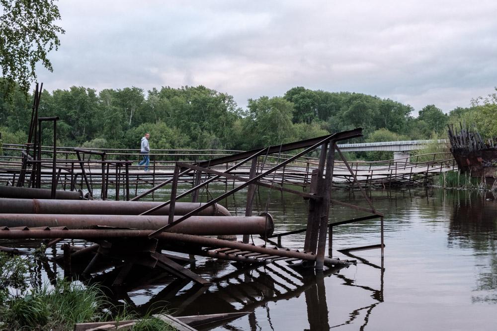 железные трубы и другие железные конструкции у реки