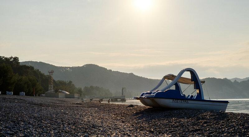 Абхазия, город Пицунда, район Рыбазвода, катамаран на берегу ранним утром