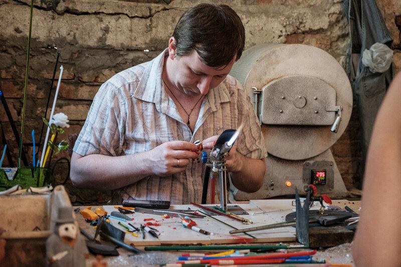 мастер по изготовлению стеклянной продукции в Новом Афоне за работой