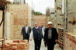 Губернатор Леонид Горбенко осматривает ход строительных работ.