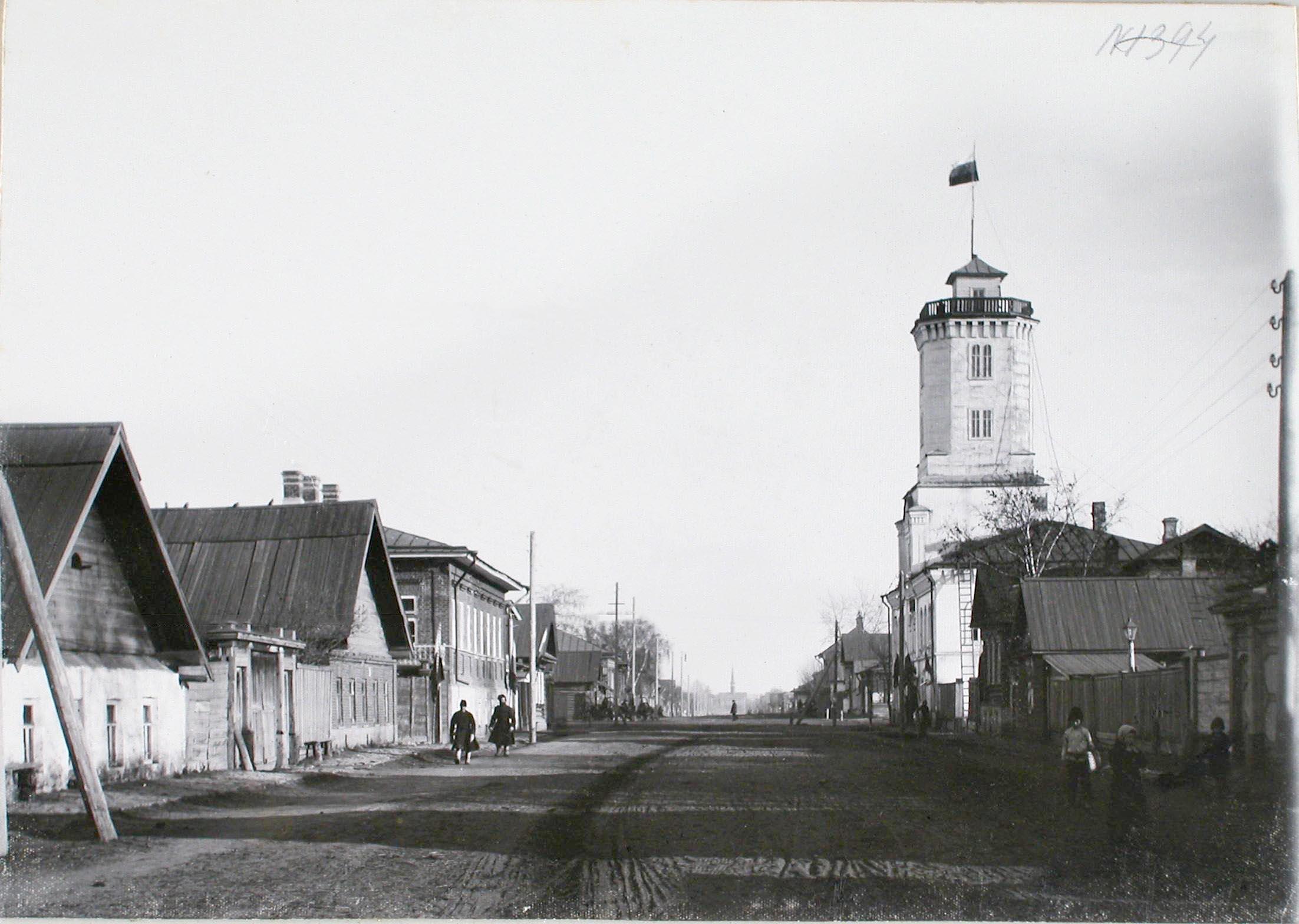 Вид жилых домов на одной из улиц город, справа - пожарная каланча