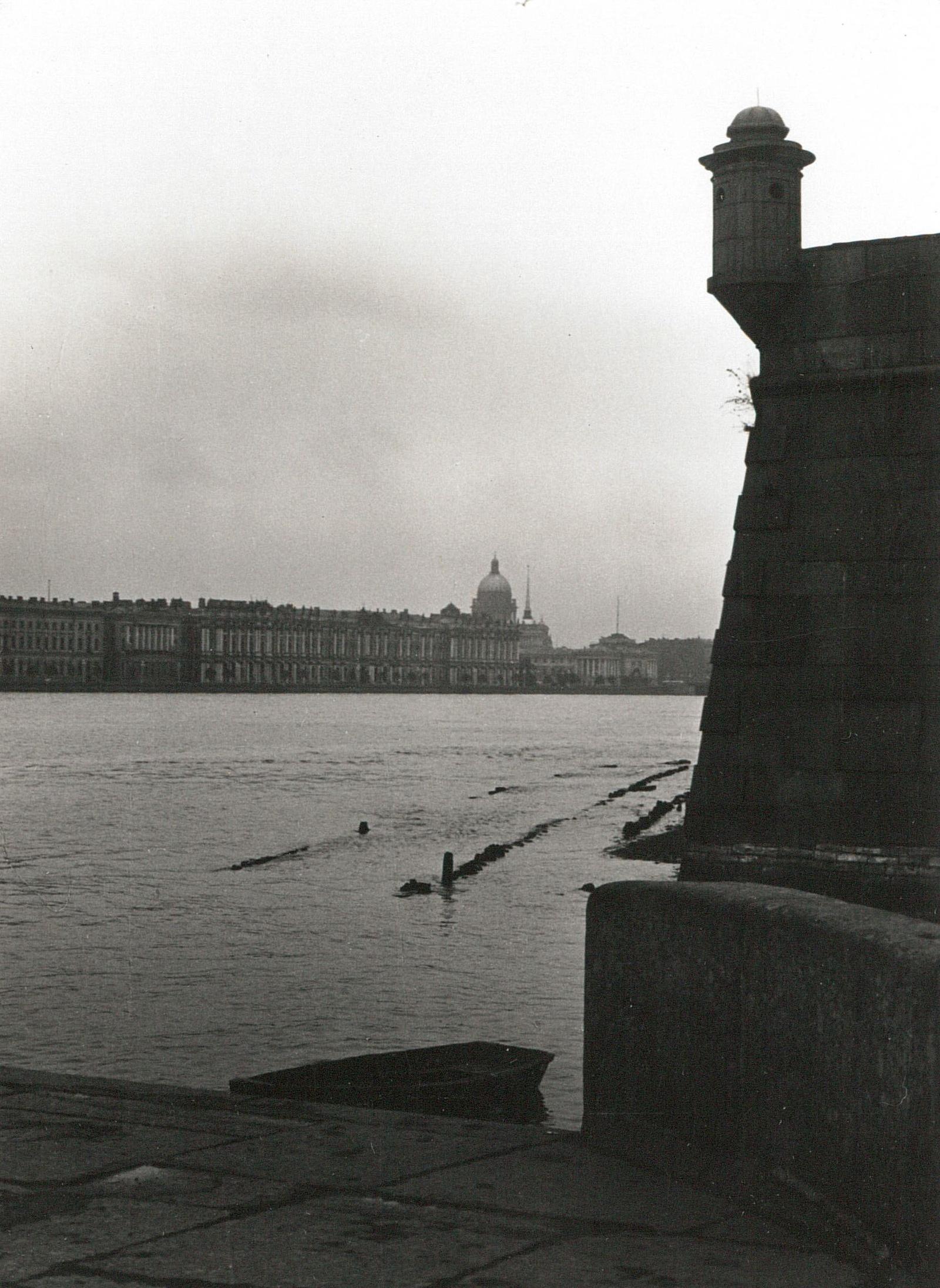 Вид Зимнего дворца через Неву от Петропавловской крепости