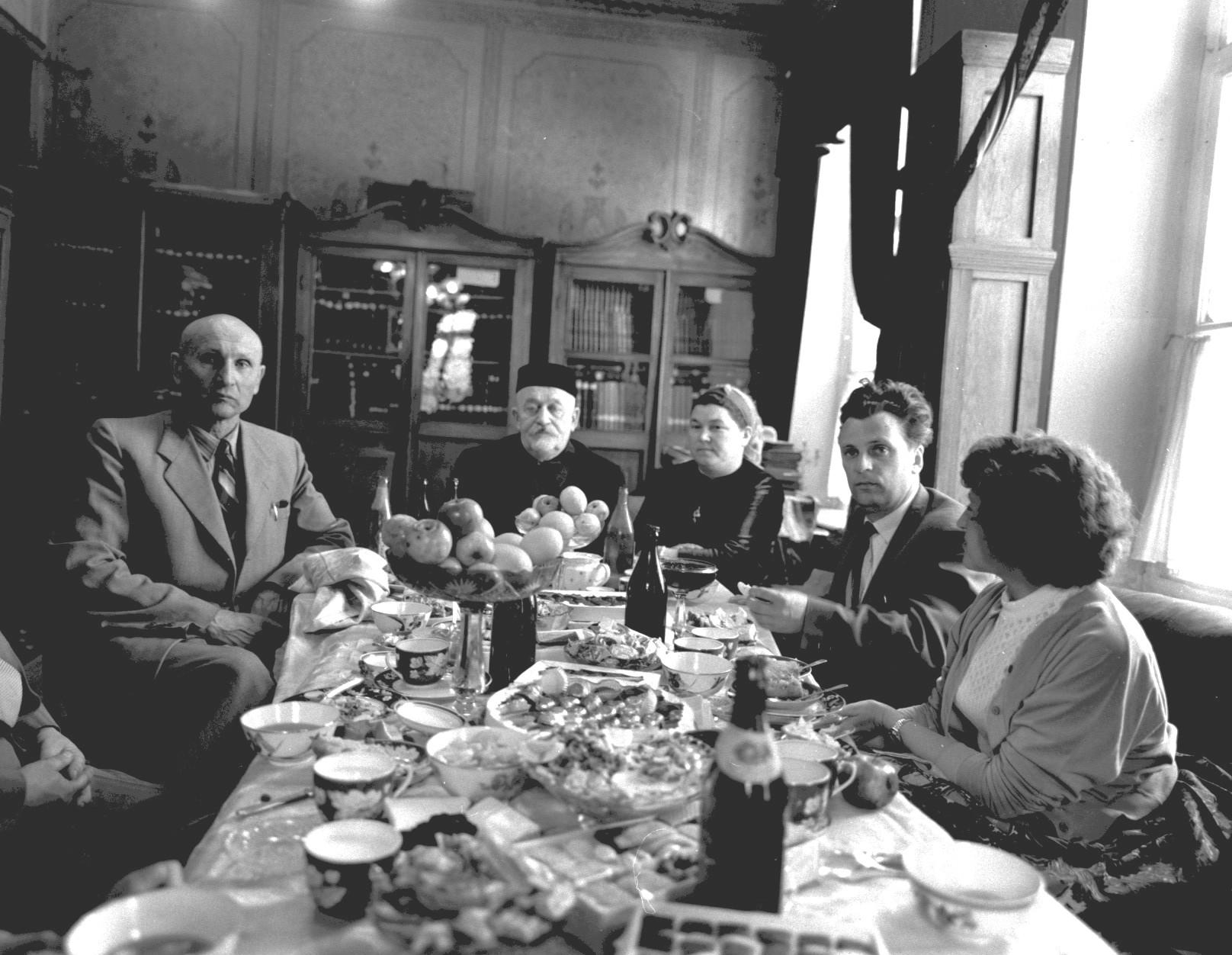 Гости за обеденным столом в квартире главного муфтия Шакира Хиялетдинова (в центре)