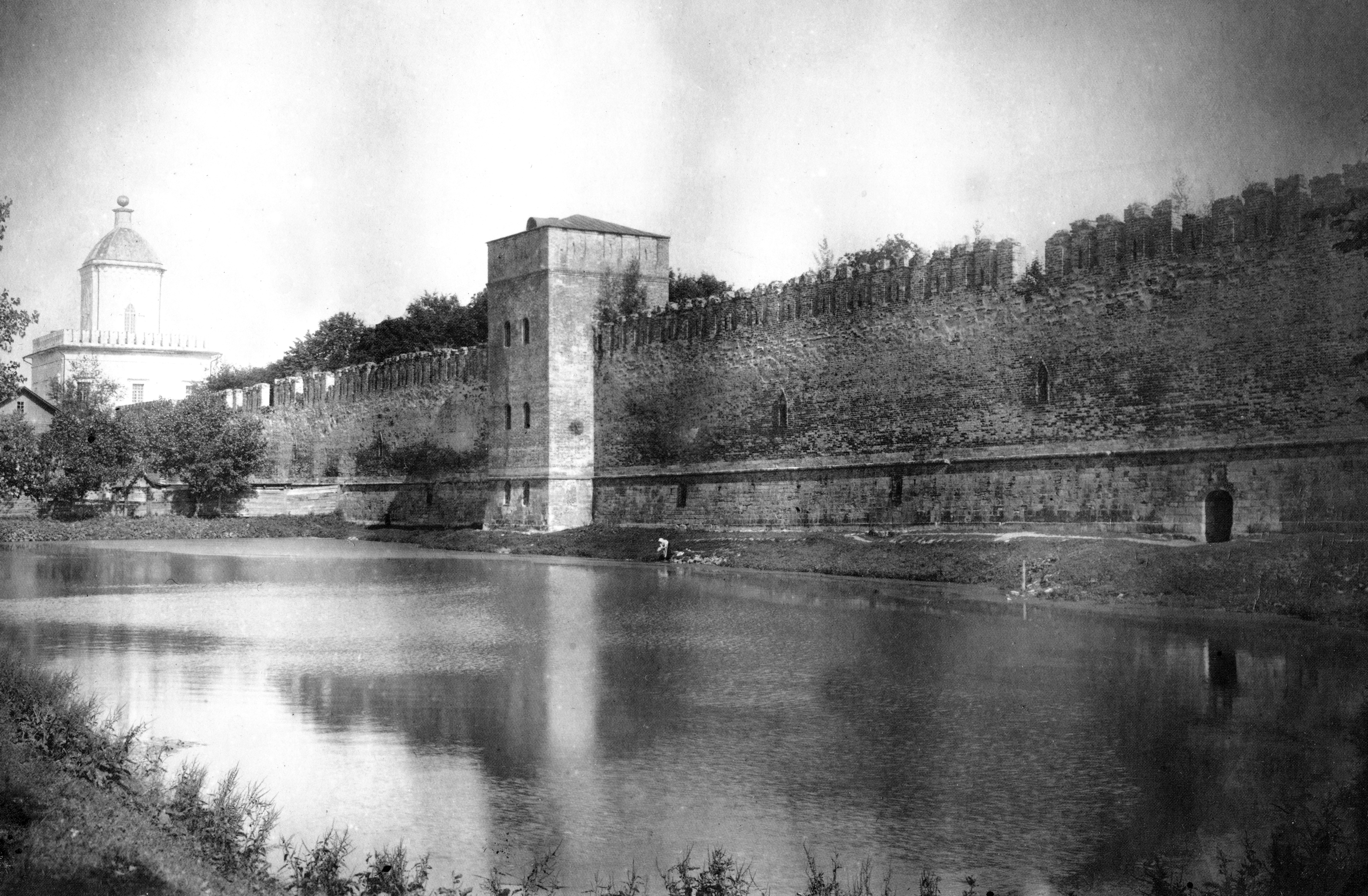 Молоховские ворота, Моховая башня и пруд