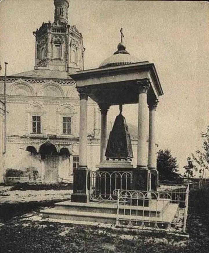 Памятник на месте могилы Василия Рязанского