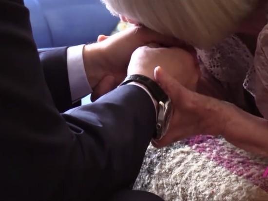 Правозащитница Алексеева поцеловала руки Путина