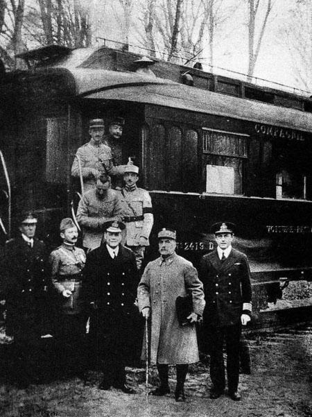 Представители союзников при подписании Первого компьенского перемирия. Фердинанд Фош (второй справа) около своего вагона в Компьенском лесу.