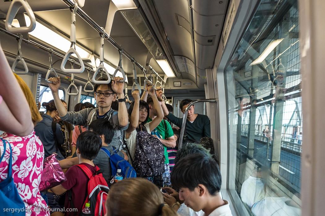 8. В общественном транспорте (метро или монорельсе) в час пик работают специальные люди, которые зат