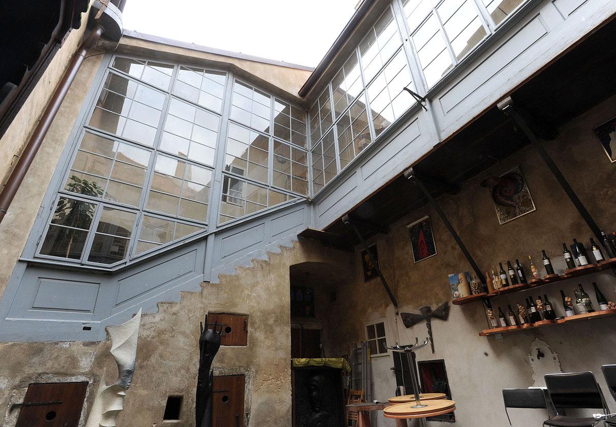 9. А так выглядит внутренний двор средневекового дома. Во дворе жила птица и прочая домашняя скотина