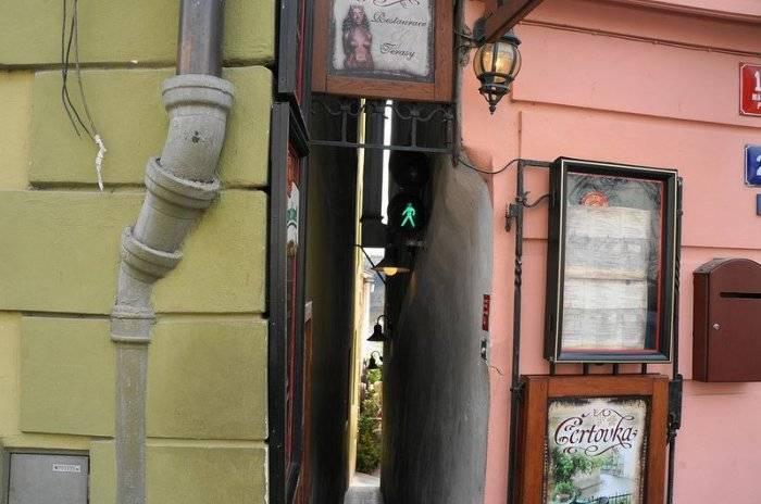 Самая узкая в мире пешеходная улица со светофорами (6 фото)