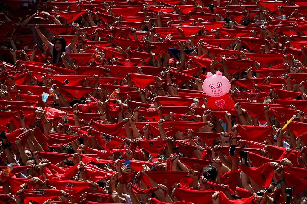 13. Но знаменит фестиваль Сан-Фермин прежде всего благодаря энсьерро — бегом от 12 разъяренных быков