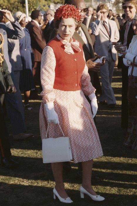 70-е годы отметились, пожалуй, максимальным количеством безумных трендов: вязаные «бабушкины» жилеты