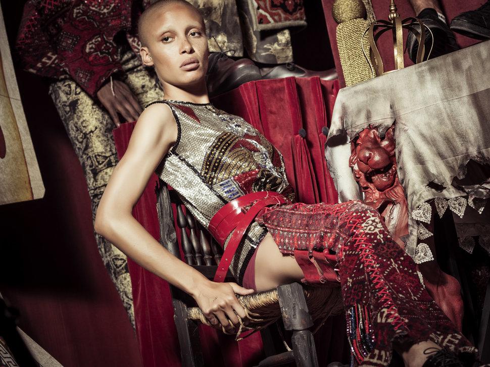 Британская модель Адвоа Абоа (Adwoa Aboah) выступила в образе Траляля. (Хотя для этой роли она неско