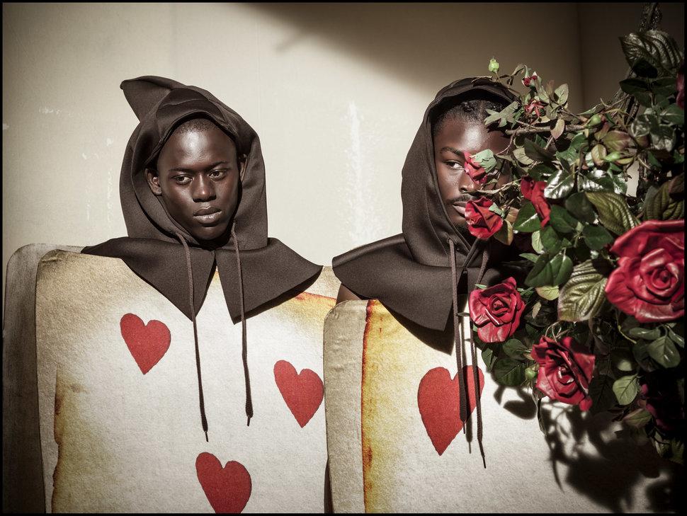 Темнокожие модели Альфа Диа (Alpha Dia) — садовник Пятерка Червей и Кинг Овусу (King Owusu) — садовн