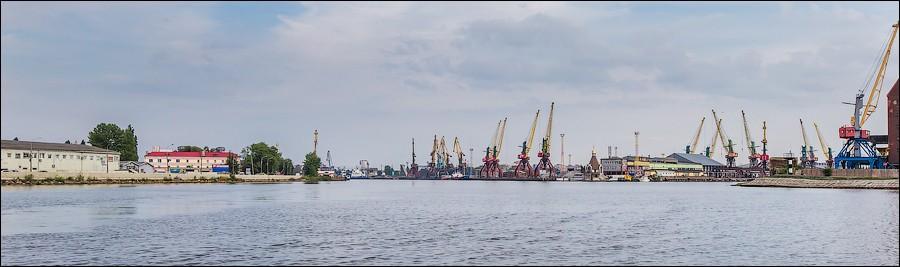 27. Вид на краны, мукомольный и ваногостроительный заводы за островом Коссе.