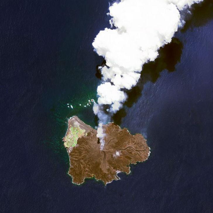 Вулканический остров Ниcиноcима находится в 940 километрах к югу от Токио.