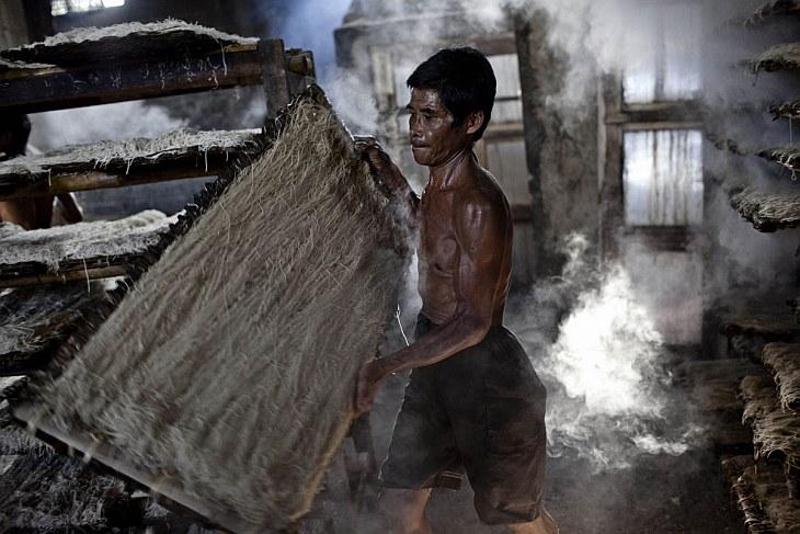 Безусловно, самый зрелищный этап производства — приготовление муки. (Фото Ulet Ifansasti   Gett