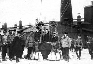 Аэронавты в корзине перед поднятием воздушного шара с территории Газового завода.