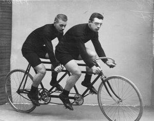 Велосипедисты на двойном велосипеде