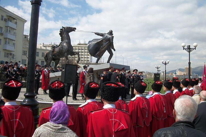 Некоторые считают, что фамилию Туркул нанесли на плиту памятника неоправдано