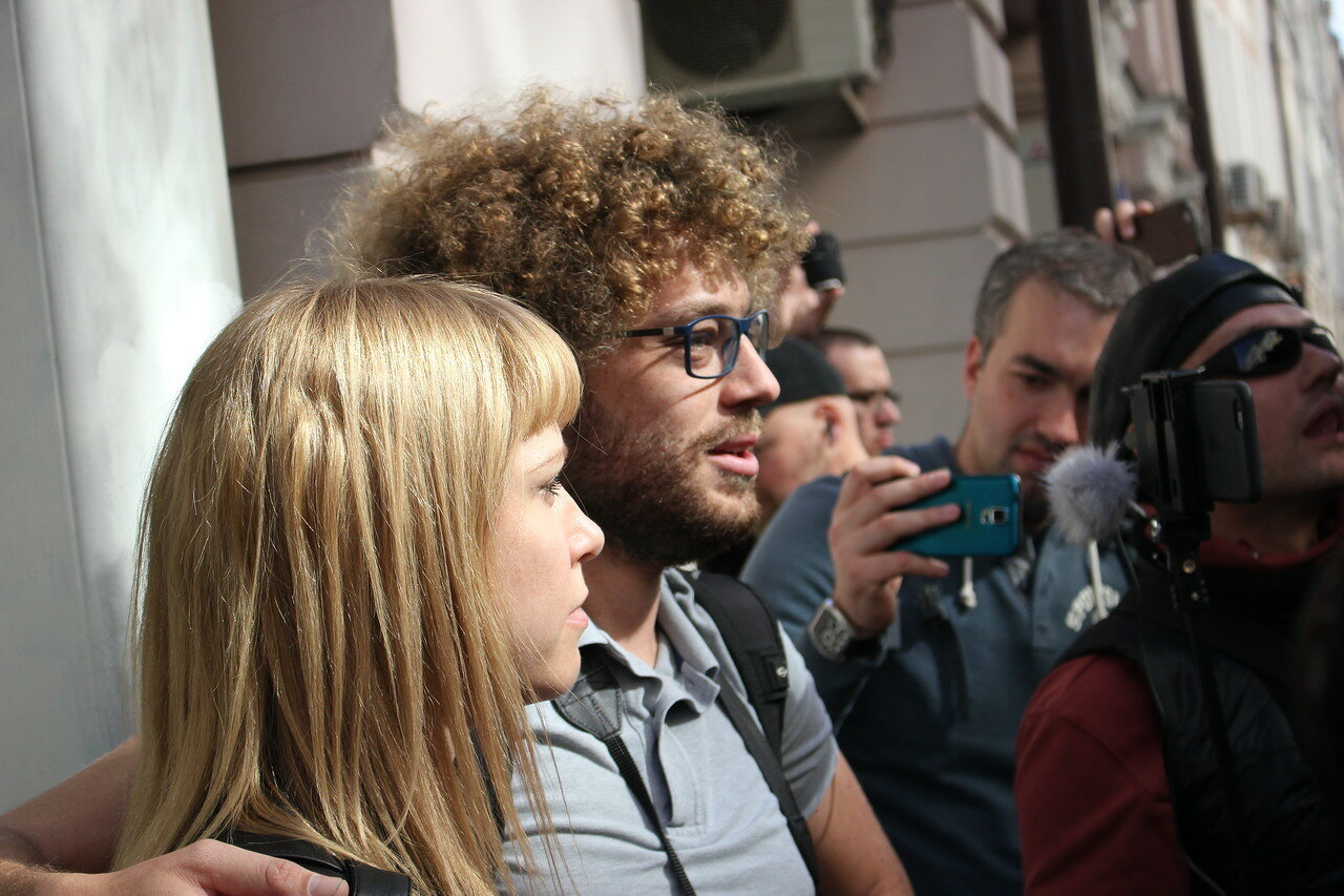 Известный блогер Илья Варламов подкатывает к Марии Бароновой