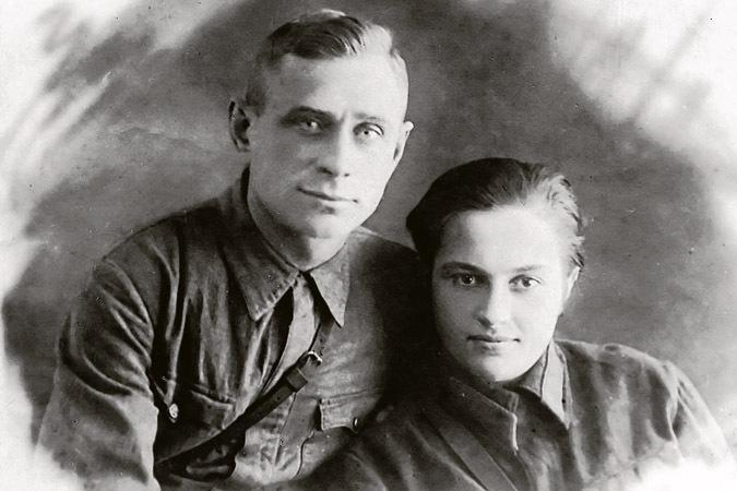 Павличенко и её любимый Алексей Киценко незадолго до его смерти. Севастополь, 02.42.jpg