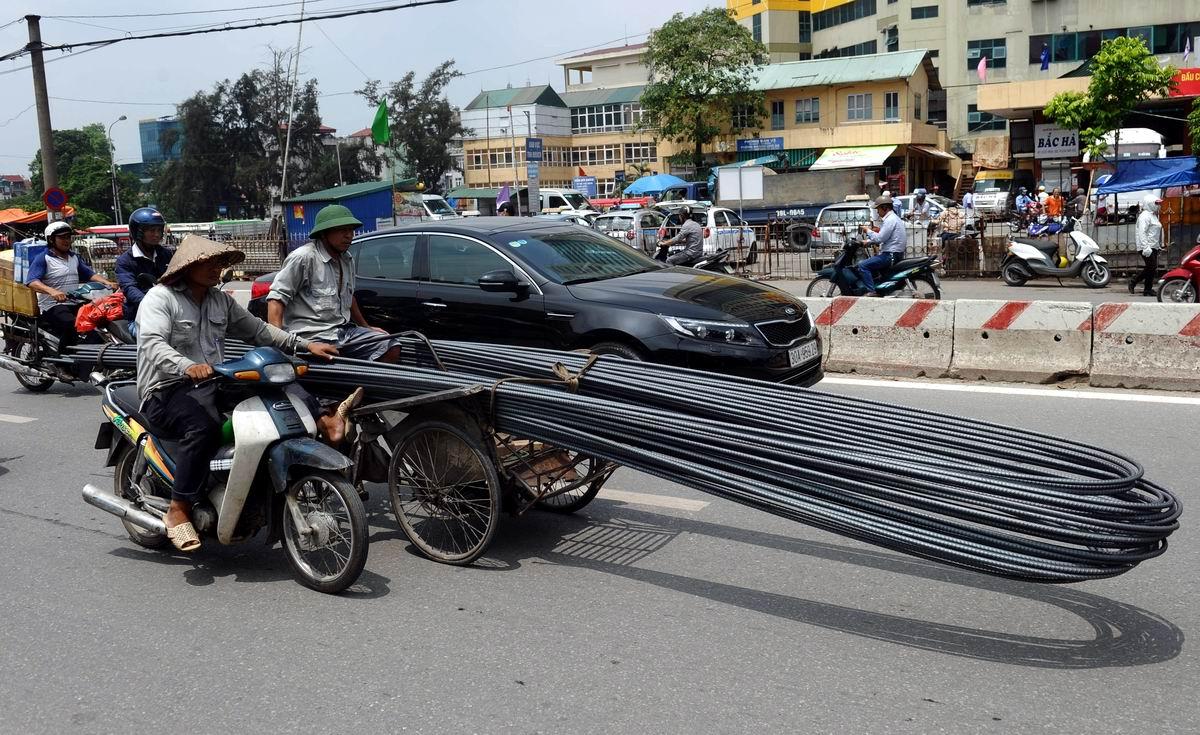 Голь на выдумки хитра: Перевозка металлической арматуры по-вьетнамски
