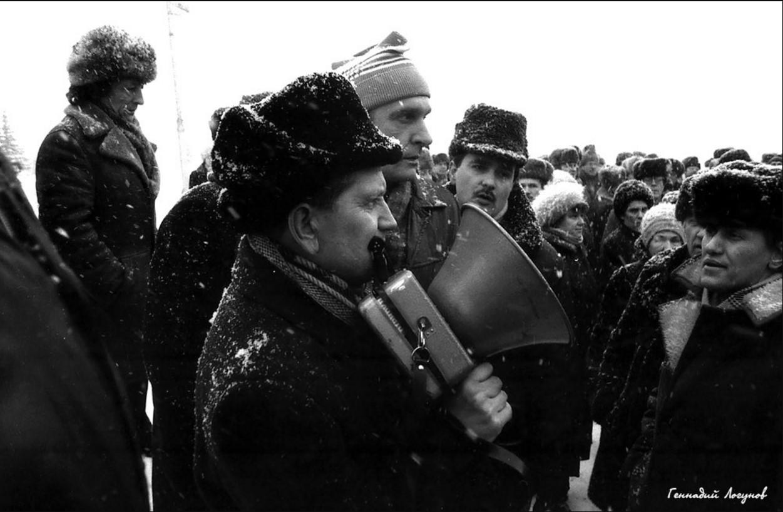 Пл. Ленина. В центре в вязаной шапочке Сергей Иванович Степанов. Через несколько месяцев он был избран на должность Председателя (1991-1993) городского Совета народных депутатов