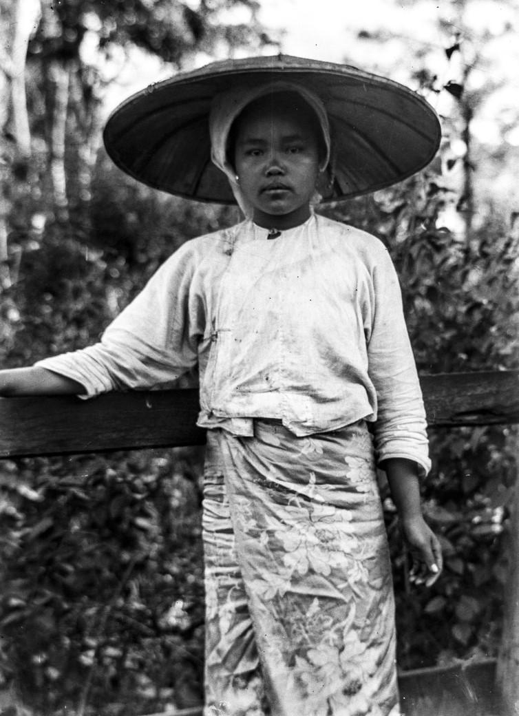 1059. Девушка в шляпе от солнца