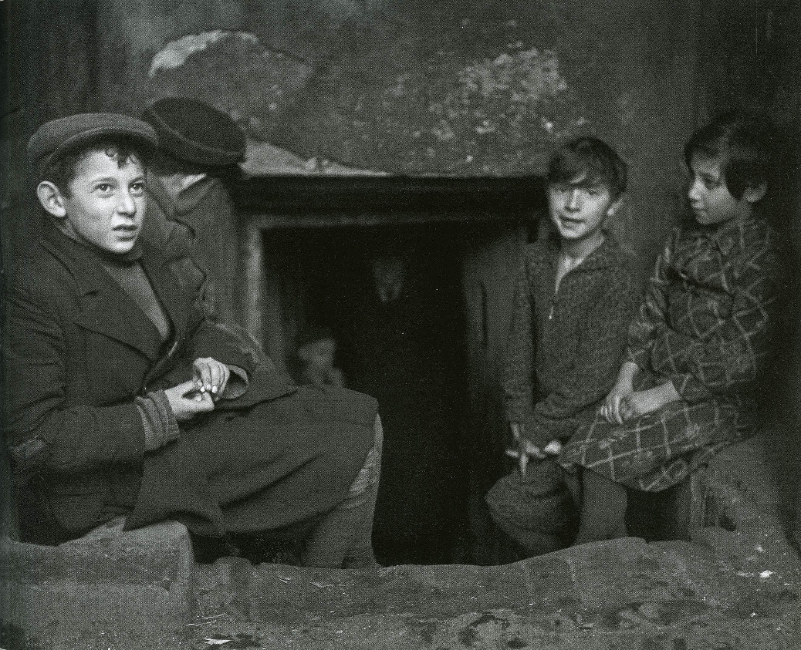 Дети у входа в подвальное жилище