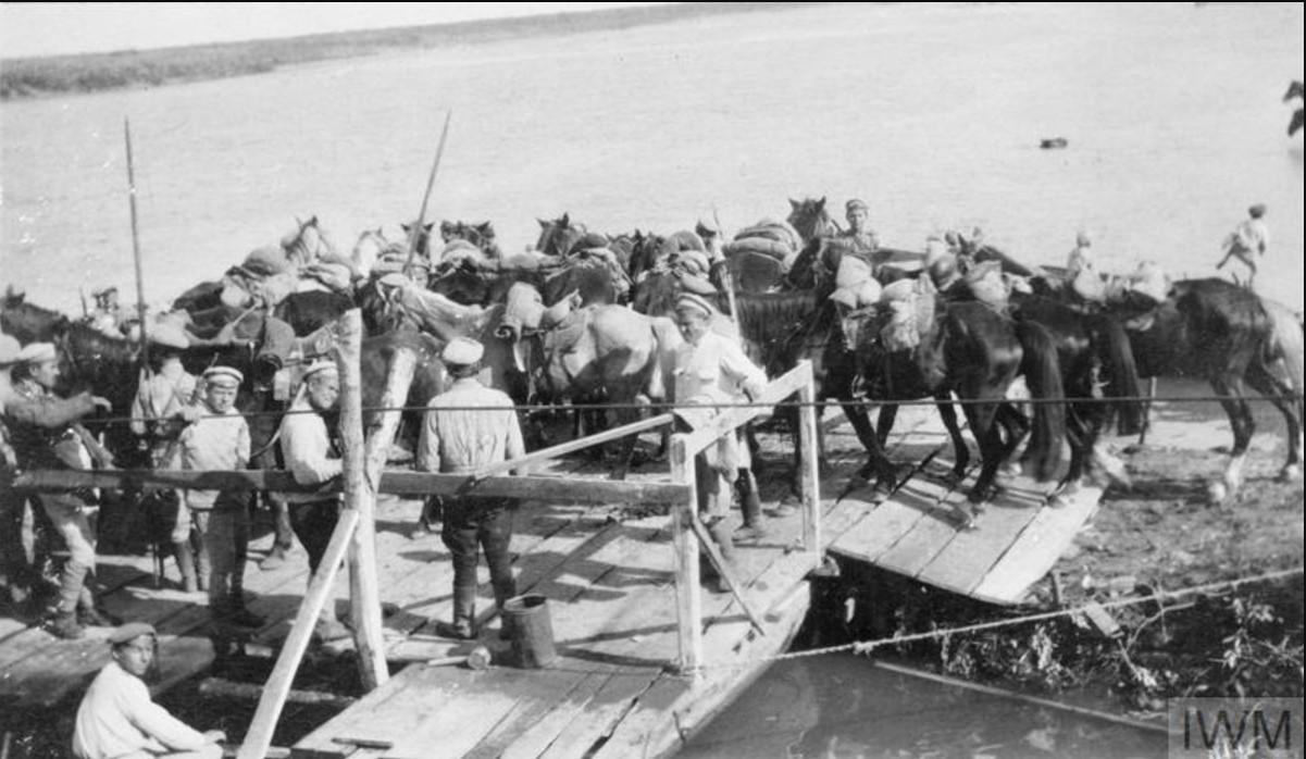 Казачий кавалерийский патруль грузится на плот, чтобы пересечь реку Дон