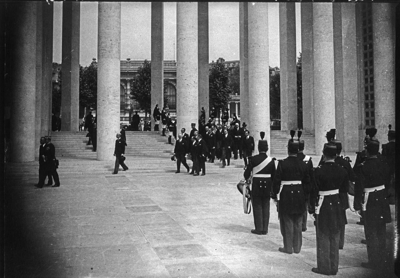 Президентский кортеж направляется на открытие павильона города Париж (Музей современного искусства). 24 мая 1937