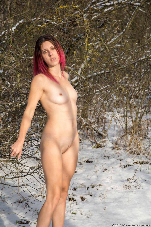 Голая Zuzana на зимней дороге