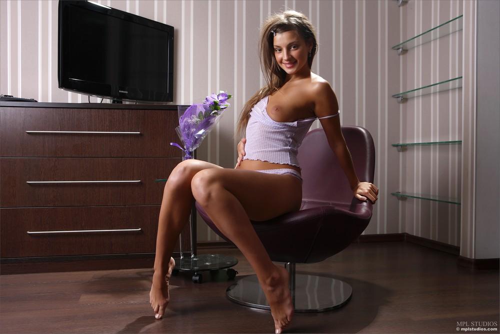 Маша Рябушкина позирует в кресле