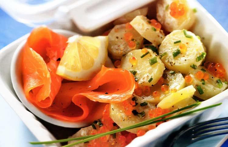 Новогодний салат с консервированным лососем