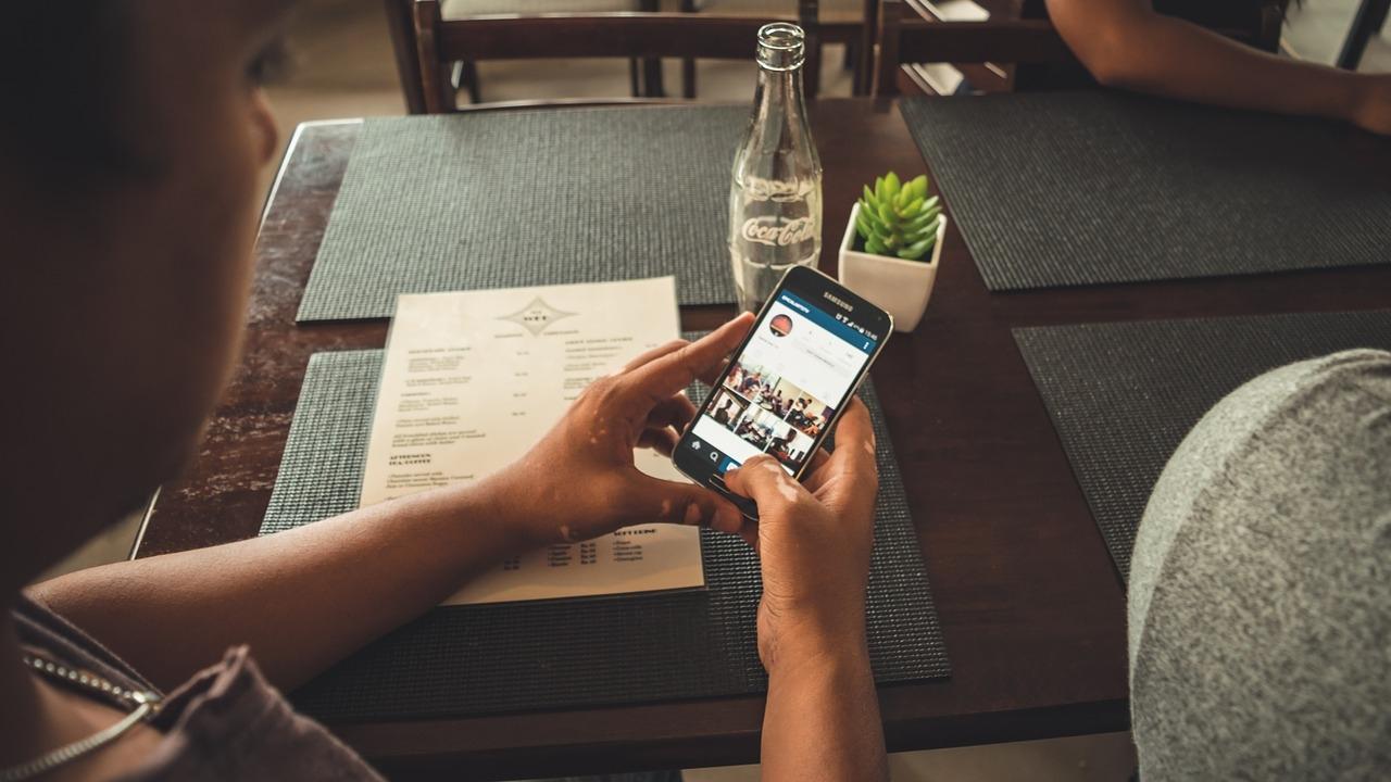 Ученые раскрыли взаимосвязь между смартфонами и грыжей позвоночника