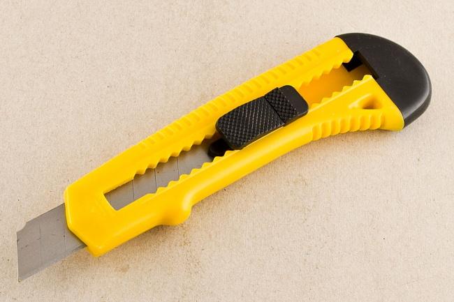 Многие видели щель назадней крышечке ножа, нонемногие задумывались, зачем она. Снимите ееинаден