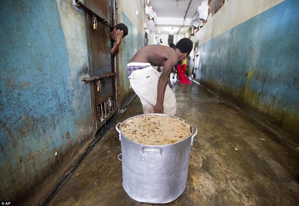 Почти все заключенные страдают от бери-бери (болезнь, возникающая при недостатке витамина В1) и анем