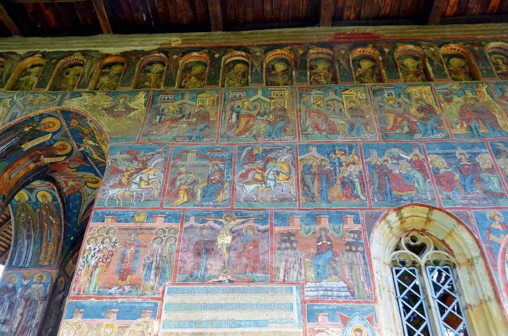 Воронец не единственный монастырь в Румынии, стены которого расписаны фресками снаружи. Есть и други