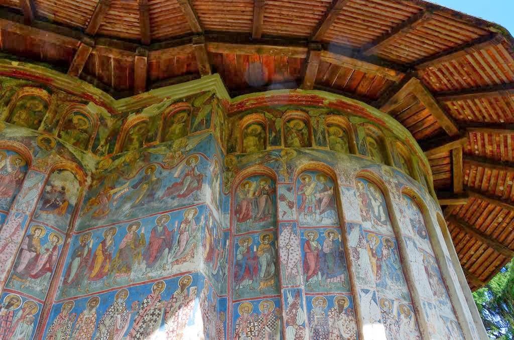 В отличие от Воронца, авторство и период создания фресок в Хуморе известны. Фома Сучава выбрал домин