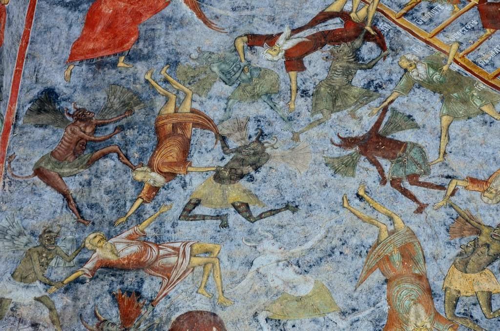 Сучевица — загадочное место. Западная стена монастыря не окрашена. Согласно местной легенде, художни