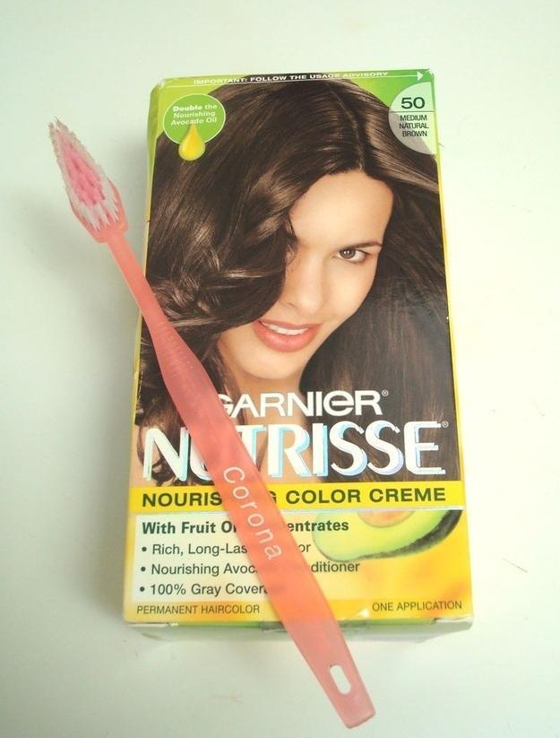 16. Аккуратно и эффективно покрасить корни волос можно с помощью зубной щетки.