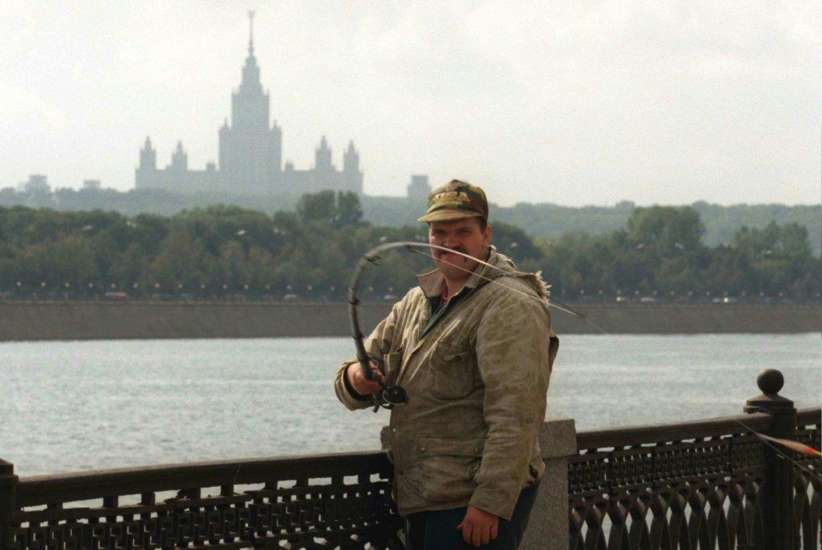 Мужчина ловит рыбу в Москве-реке, сентябрь 1996 года.