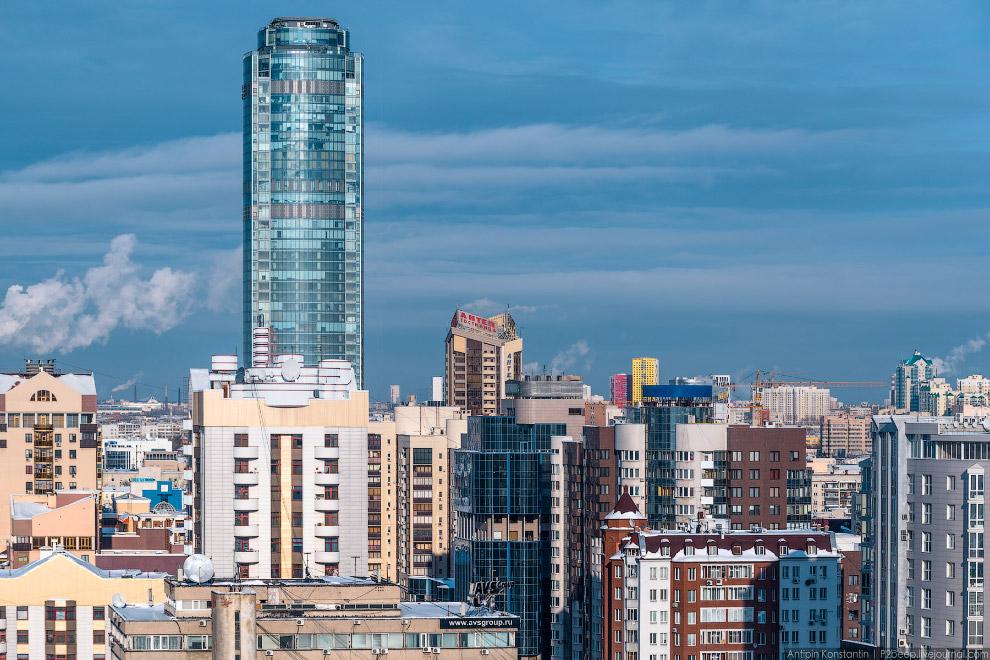 12. Еще одно высокое здание — «Свердловск». Что-то вроде «Синего зуба» в Москве, но на первых э